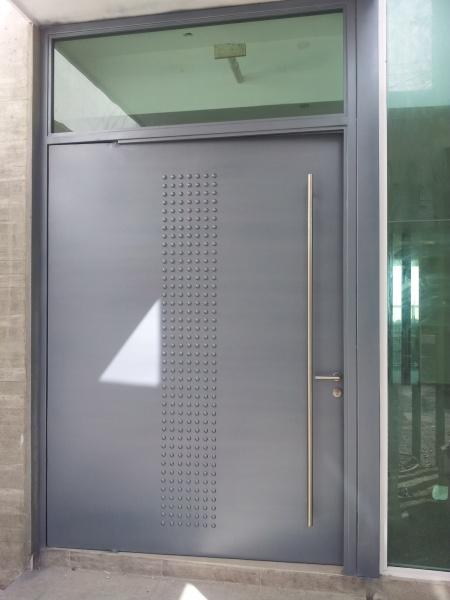 Herreria fina herreria y forja for Modelos de puertas principales para casas