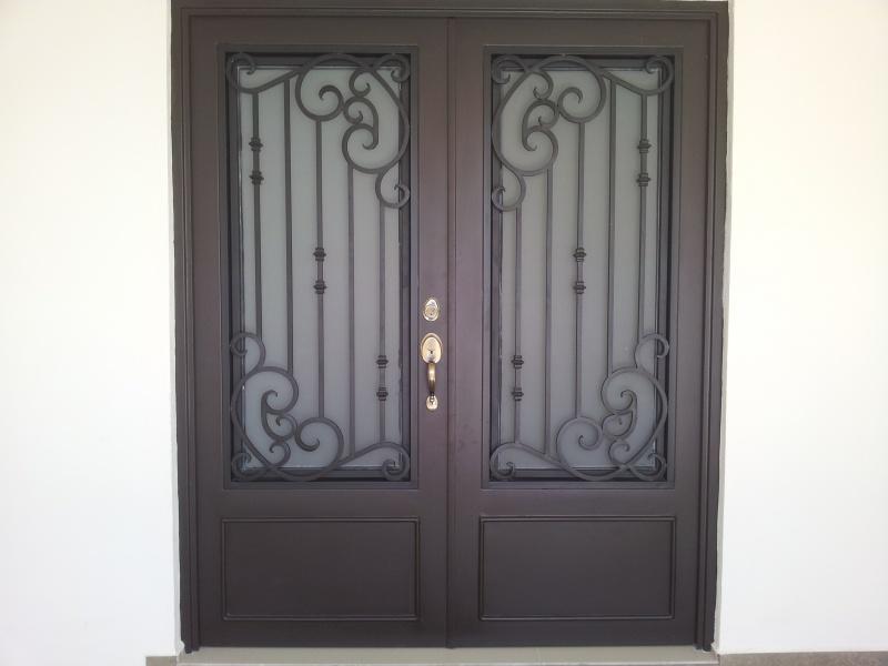 Puertas principales de forja herreria y forja for Puertas de madera con herreria