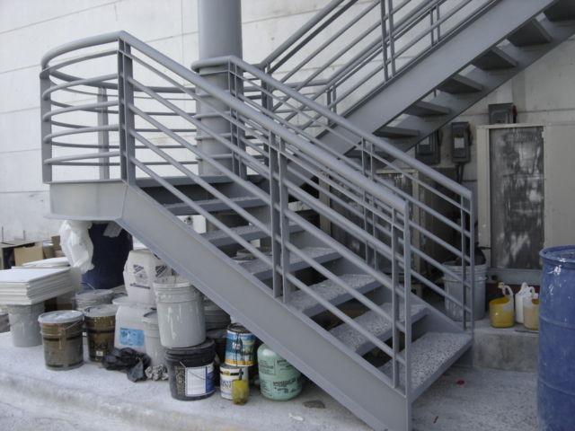 Escalera acero herreria y forja for Fotos de escaleras de herreria